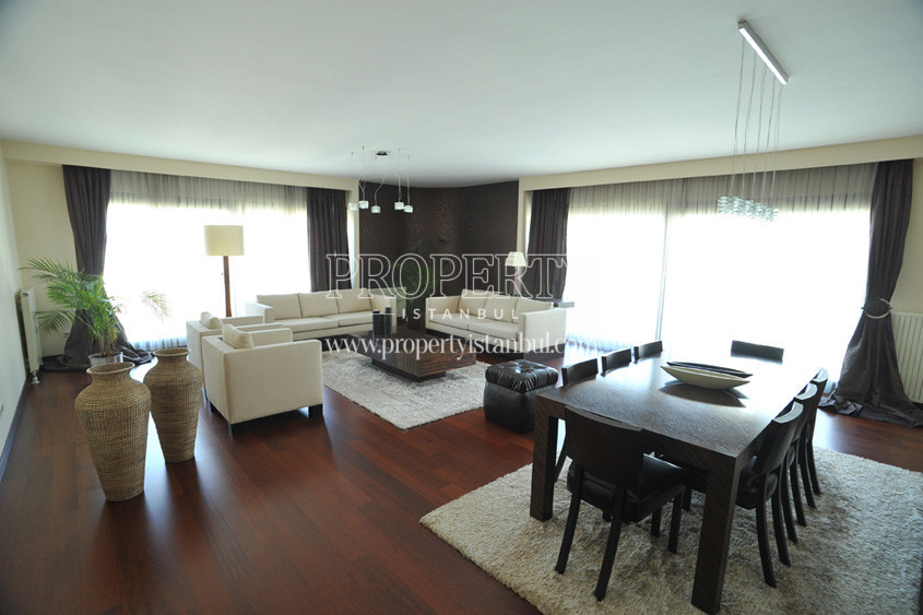 Almondhill spacious livingroom