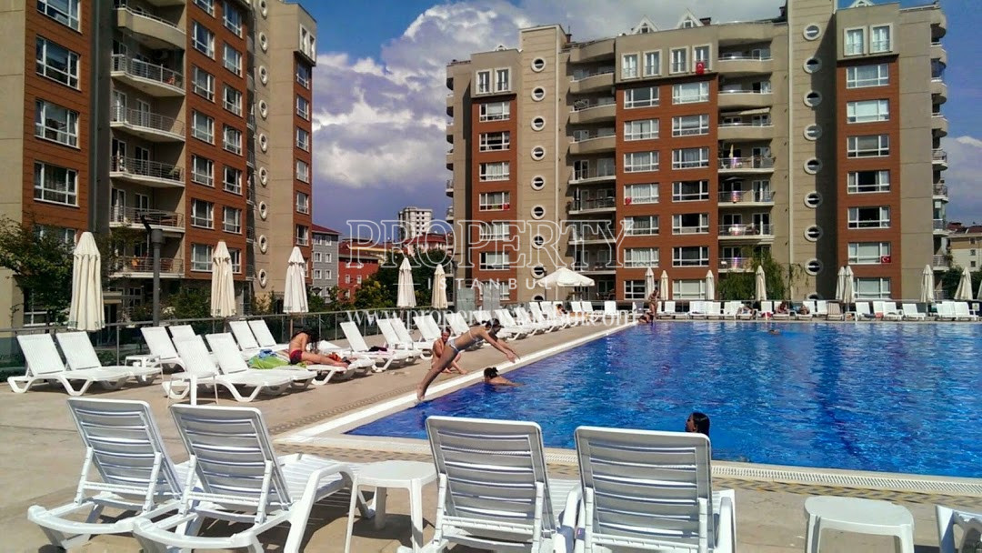 Parkverde Cekmekoy swimming pool between the blocks