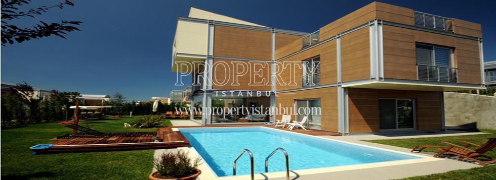 Luxury villa and swimming pool in Millenium Park